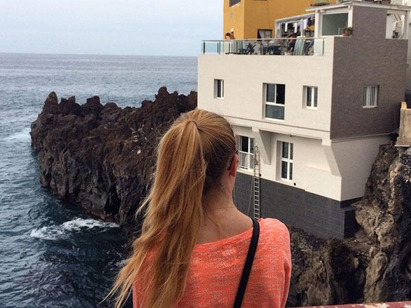 Domy w zatoce Punta Brava zbudowane na zastygniętej lawie, tuż nad oceanem, Teneryfa północna