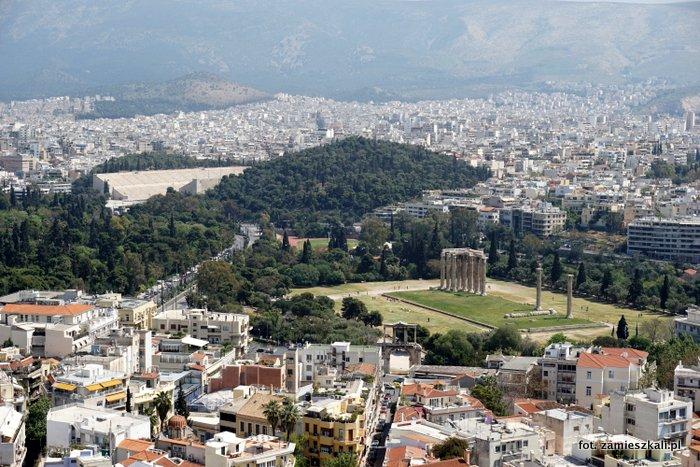 Ateny Grecja: widok z Akropolu na świątynię Zeusa i łuk Hadriana