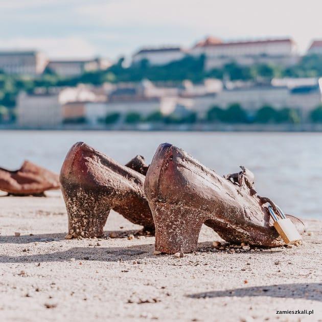 Budapeszt atrakcje. Pomnik Buty nad brzegiem Dunaju.