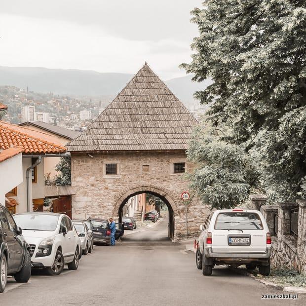 Zwiedzanie Sarajewa: brama miejska.