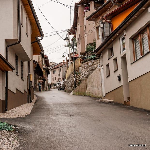 Zwiedzanie Sarajewa: wąskie uliczki Sarajewa.