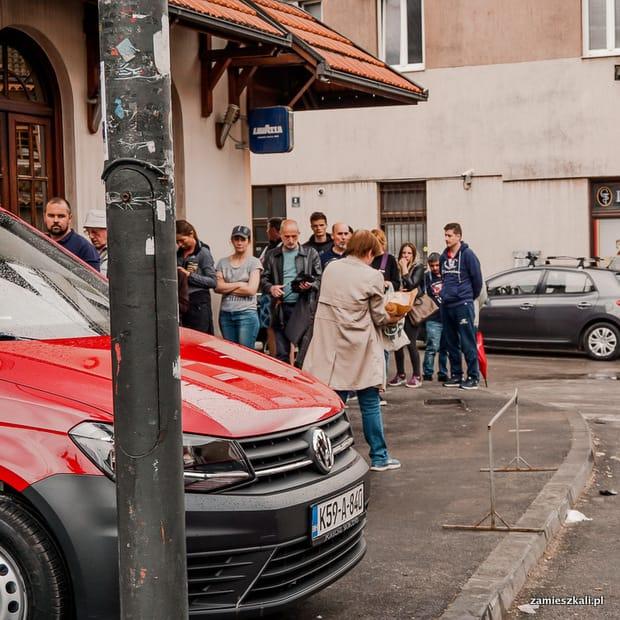 Zwiedzanie Sarajewa: Stare Miasto Sarajewo. Kolejka po tradycyjny chlebek.
