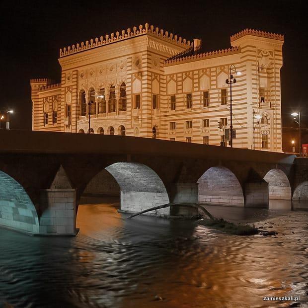 Zwiedzanie Sarajewa: Ratusz w Sarajewie.